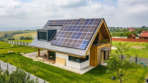 Rumah Ramah Lingkungan dengan Energi Alternatif dari Panel Matahari