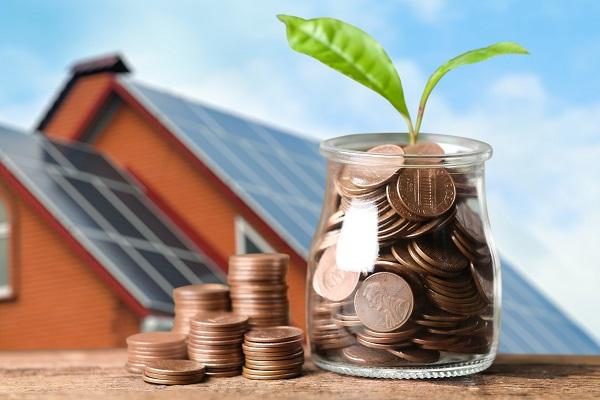 Ilustrasi Rumah dan Toples Kaca Berisi Uang Koin dan Daun Tanaman yang Bertumbuh Sebagai Ilustrasi Perkembangan atau Pertumbuhan dari Manfaat Penggunaan Energi Secara Alternatif