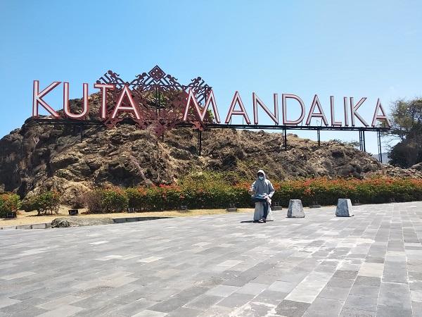 Tulisan Tanda Nama Wilayah di Dusun Ngolang, Desa Kuta, Kawasan Ekonomi Khusus Mandalika