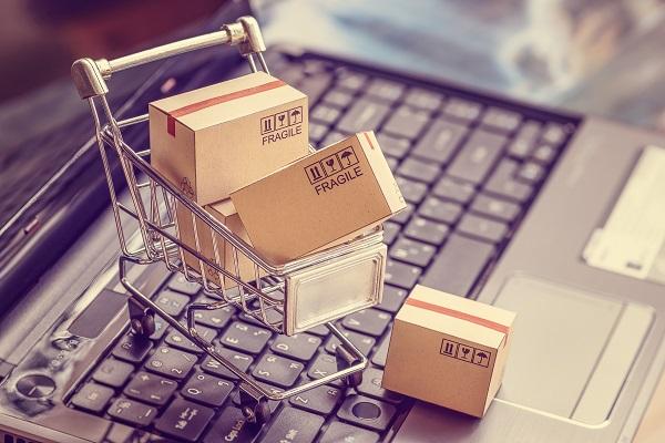Miniatur Troli atau Trolley dan Box Paket Pengiriman Mini di Atas Keyboard Laptop