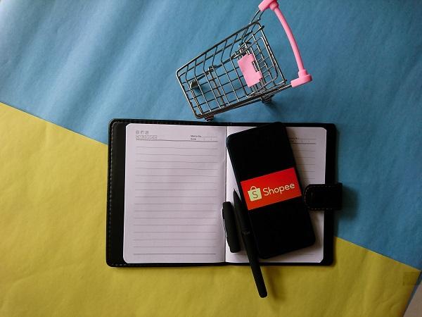 Note Book atau Buku Tulis, Miniatur Trolley, dan HP Handphone dengan Logo Shopee