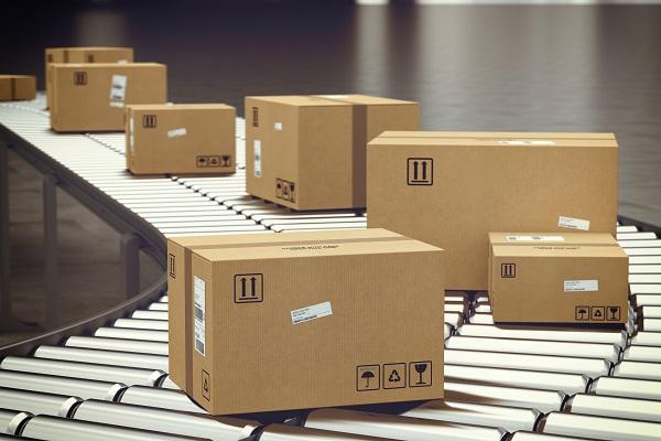 Box Kotak Paket di Atas Conveyor Belt untuk Dikirim Saat Penjualan Ekspor ke Luar Negeri