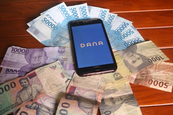 Aplikasi DANA Dompet Digital Indonesia di Handphone dan Uang Kertas Pecahan Rupiah