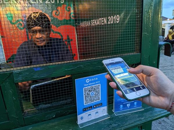 Transaksi Menggunakan Aplikasi DANA Dompet Digital Indonesia Melalui HP atau Handphone dengan Scan Barcode untuk Pembayaran eWallet