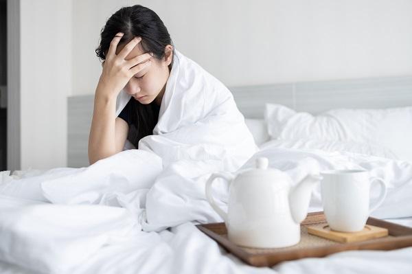 Perempuan yang Sedang Memegang Kepala karena Sakit Kepala Parah atau Hebat Gejala Demam Berdarah Dengue DBD
