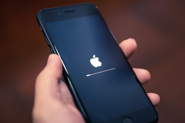 Tangan yang Memegang Ponsel untuk Cara Mengembalikan Foto di iPhone