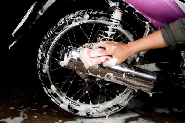 cara mengkilapkan body motor dengan dicuci